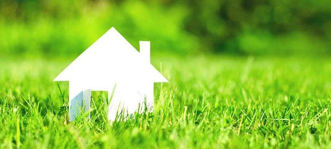 domek papierowy na trawie